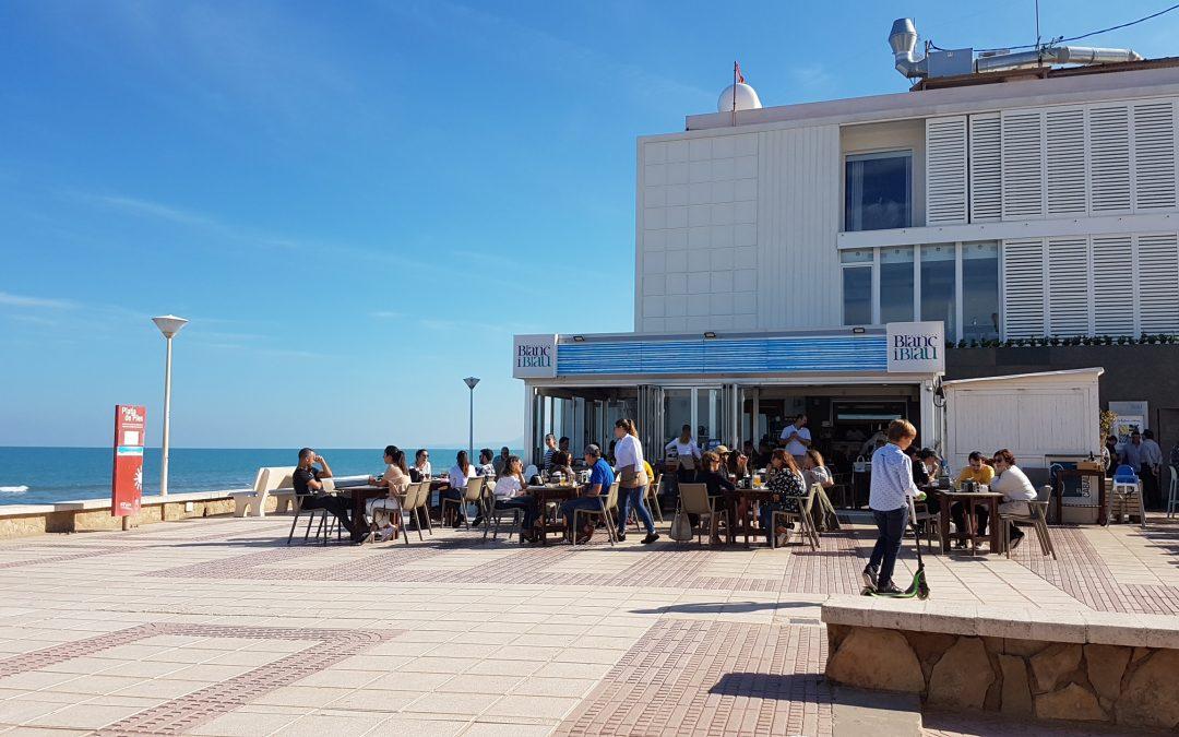 Comer frente al mar oyendo el murmullo de las olas es fantástico, aunque en Gloriamar lo que más impacta son las vistas con la vasta planicie del mar azul que lo equilibra todo.
