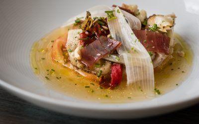 Ensalada fresca de tomate de temporada, escalibada y salazones, salseado con agua de tomate, mirin y caldo dashi