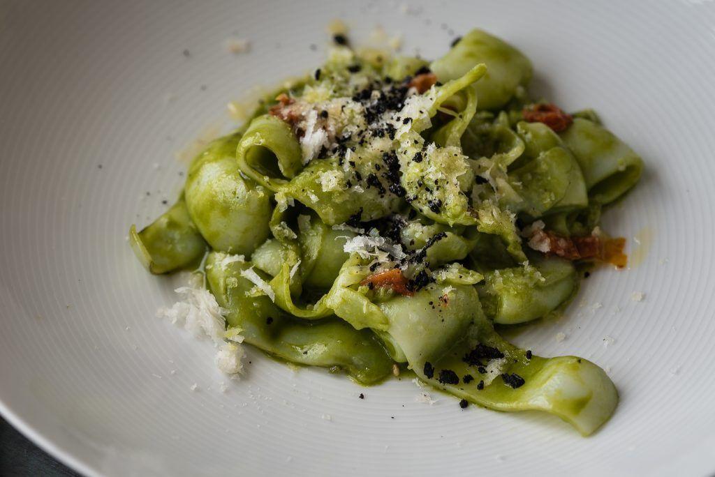 Falsa Carbonara: Tallarines de sepia , pesto, tomate seco y parmesano.
