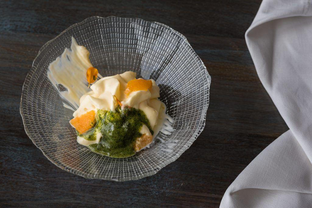 Texturas cítricas con crema de yuzu, espuma de naranja, helado de yuzu y aceite y granizado de hierbabuena.